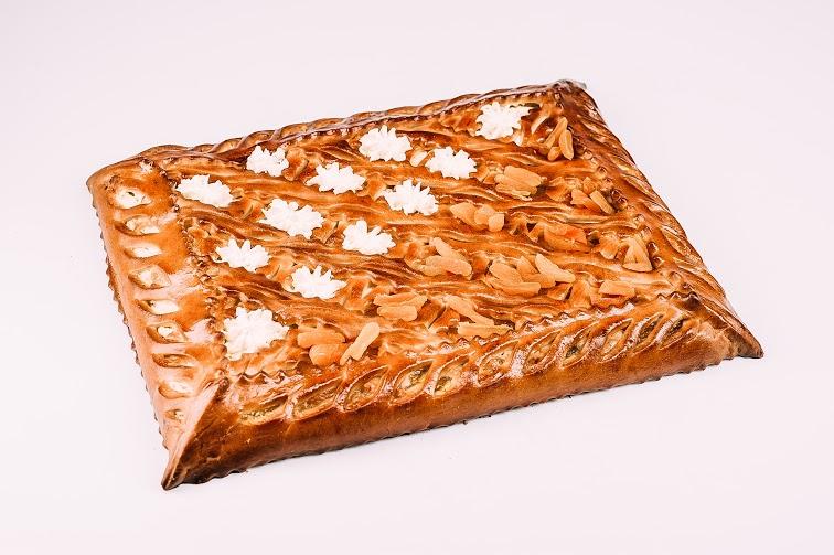 Пирог с творогом, абрикосовым джемом и курагой