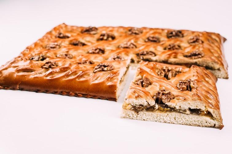 Пирог с абрикосом и грецким орехом
